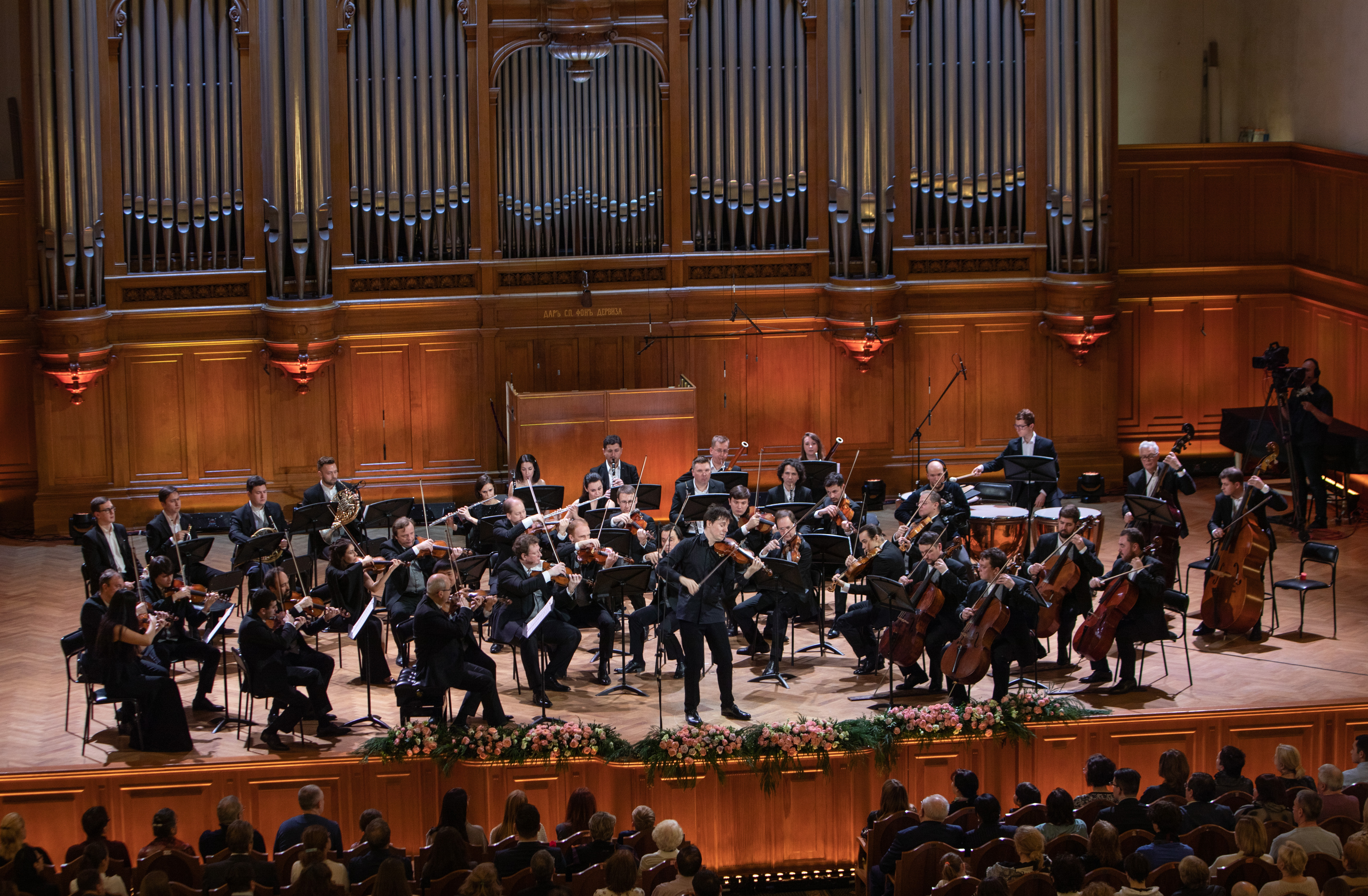 Американский скрипач Джошуа Белл дал концерт в Большом зале Консерватории